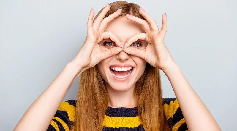 vrouw die ogen heeft laten laseren